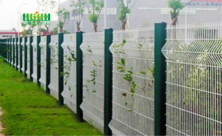 Welded triangle bend fence