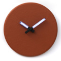 Reloj de pared redondo color naranja con luz