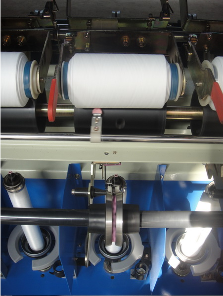 flangeless yarn twisting machine