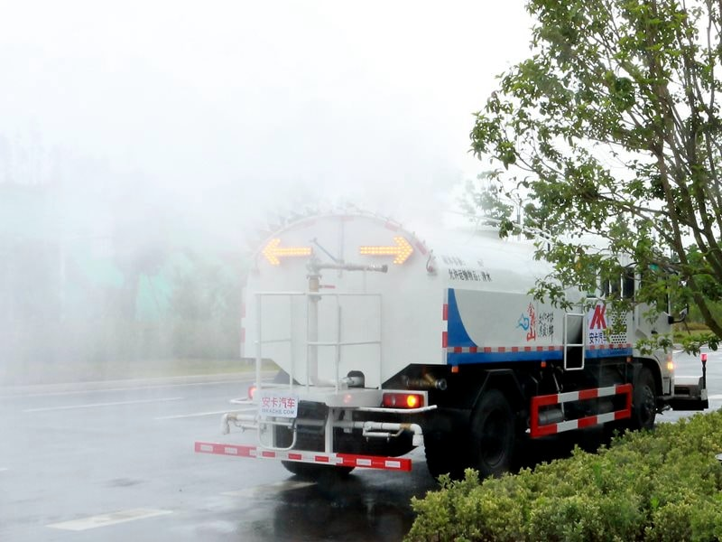 high pressure water jetting truck working 3