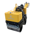 Mni gehen hinter Double Drum Road Roller Vibration
