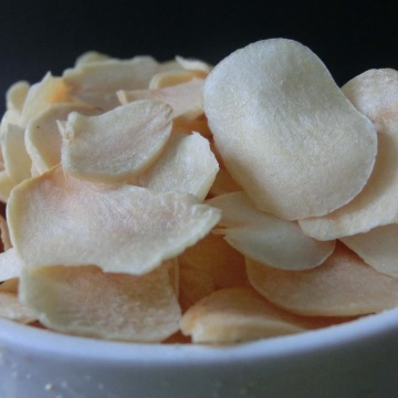 Round chip dehydrated garlic flakes