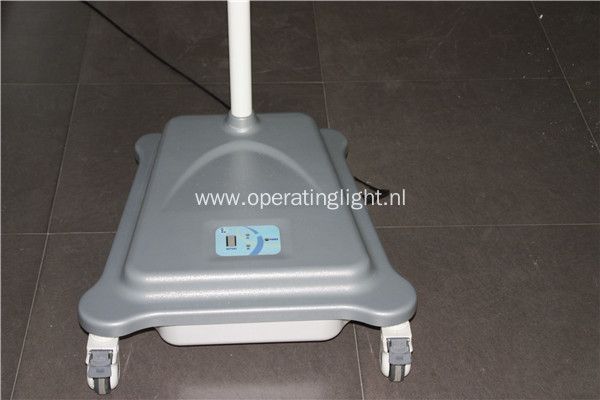 Mobile halogen operating lamp with battery