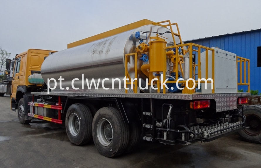bitumen emulsion spraying truck 2
