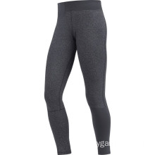 Lady fitness con pantaloni neri lunghi