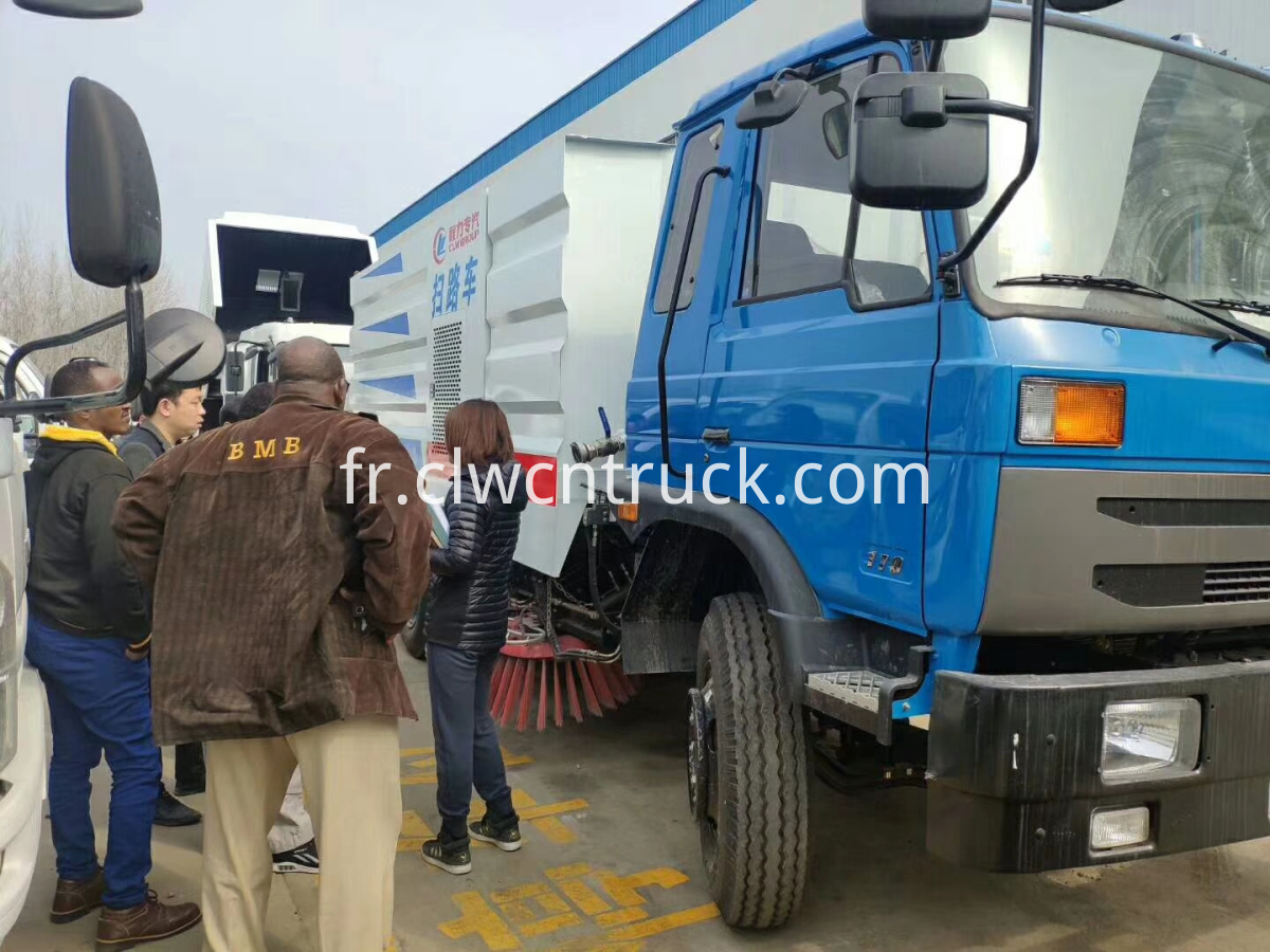 customer to buy road cleaning truck 3