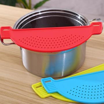 Creative Plastic Drain Basket Wash Rice Filter Leakproof Baffle Kitchen Gadget Pot Side Drainer Drainer New Colanders Tools