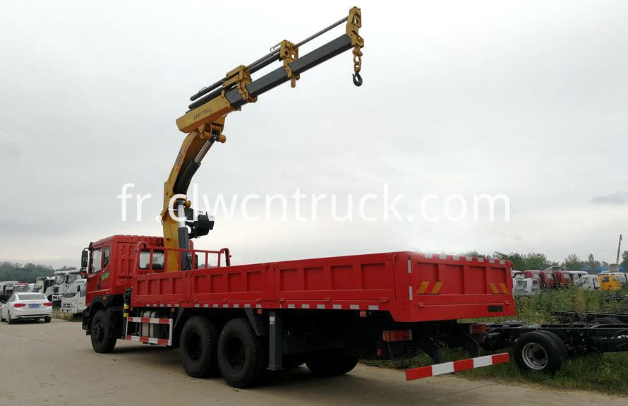 knuckle boom crane on truck chassis 2