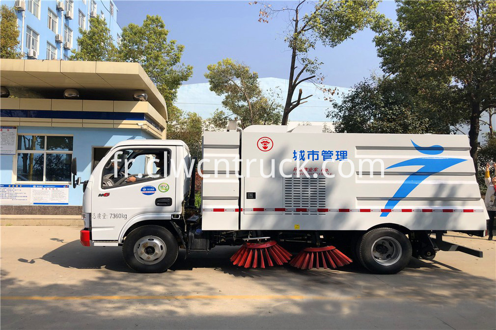 Road Sweeper Truck 4