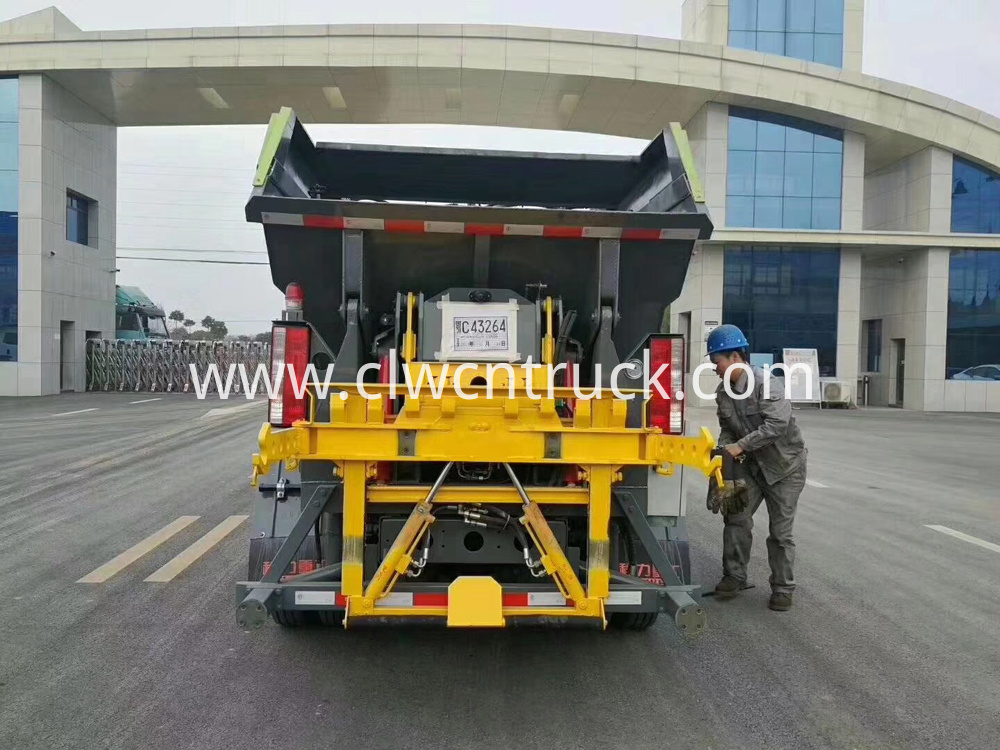 Rear Loader Compactor Truck 6