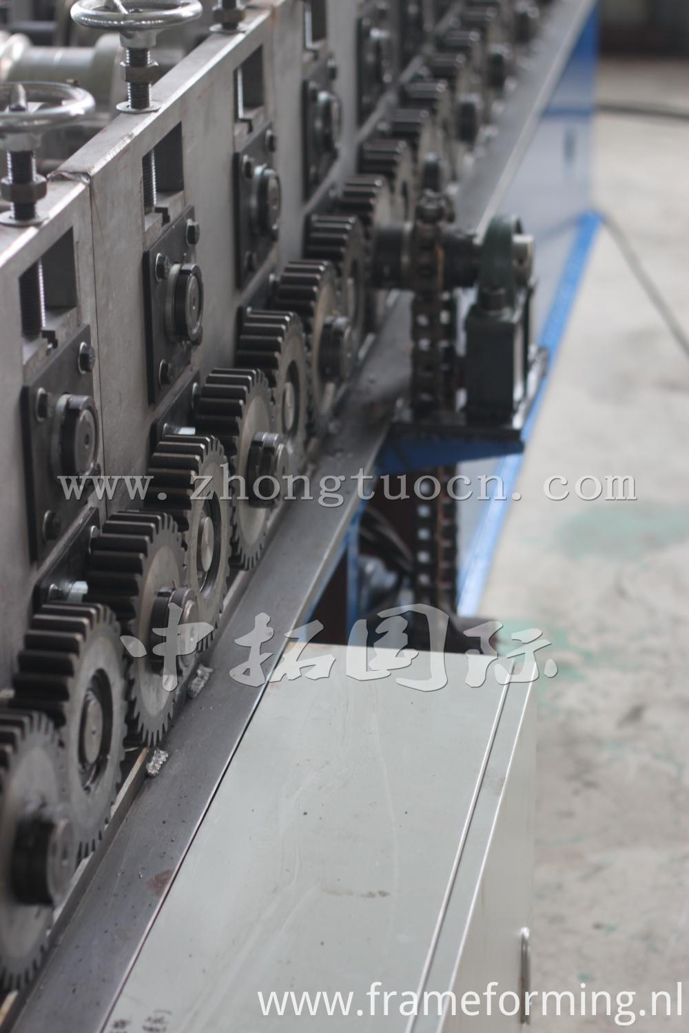Ridge roll forming machine (19)
