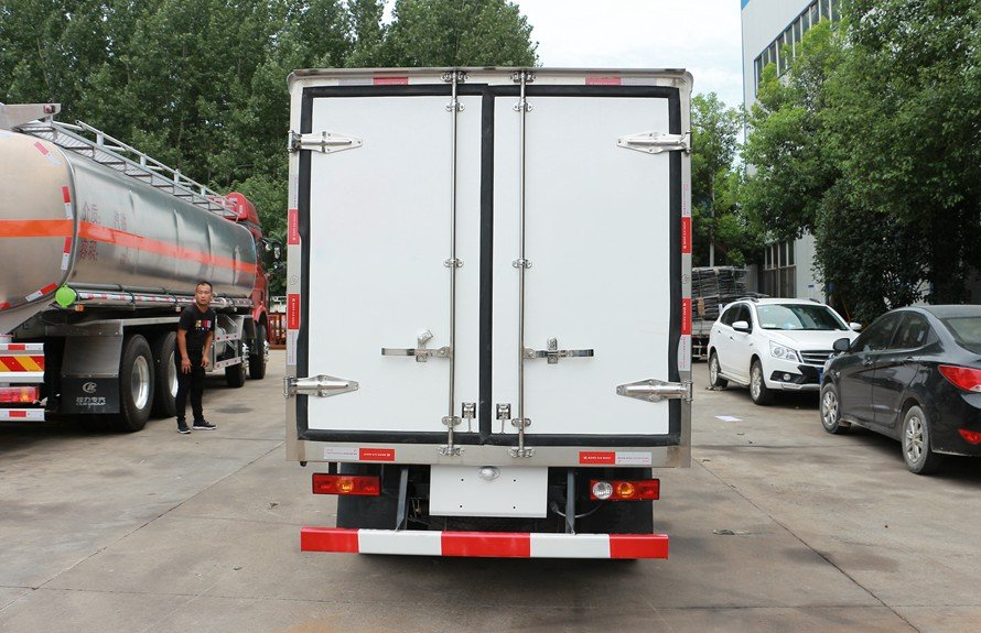 refrigerated small trucks 3