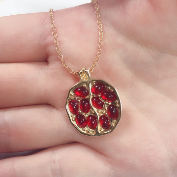 Vintage Fruit Fresh Red Garnet Necklace Classic Gold Color Resin Stone Pomegranate Pendant Necklace Jewelry for Women Best Gift